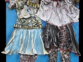 Grimaszolók (falapon kerámia, textil, pálmakéreg, műanyagháló) 35x60cm